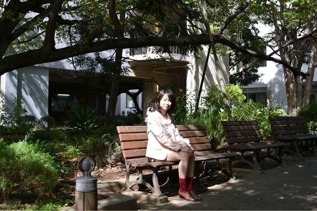東京大学教養学部文科二類に所属するSさん。東京大学駒場キャンパスにて